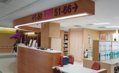 降低護理站櫃台高度、溝通零距離